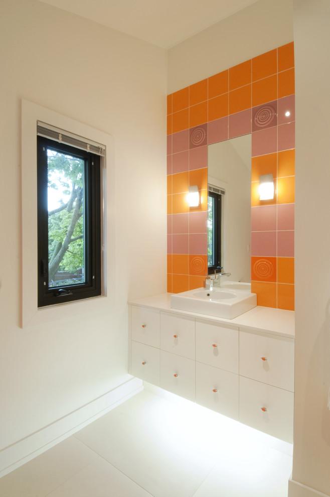 Яркий дизайн ванной: облицовка зеркала плиткой апельсинового цвета