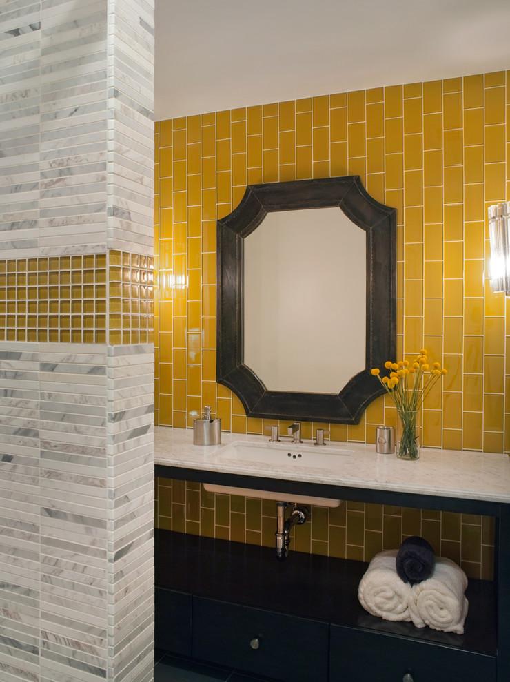 Яркий дизайн ванной: жёлтая плитка вокруг зеркала
