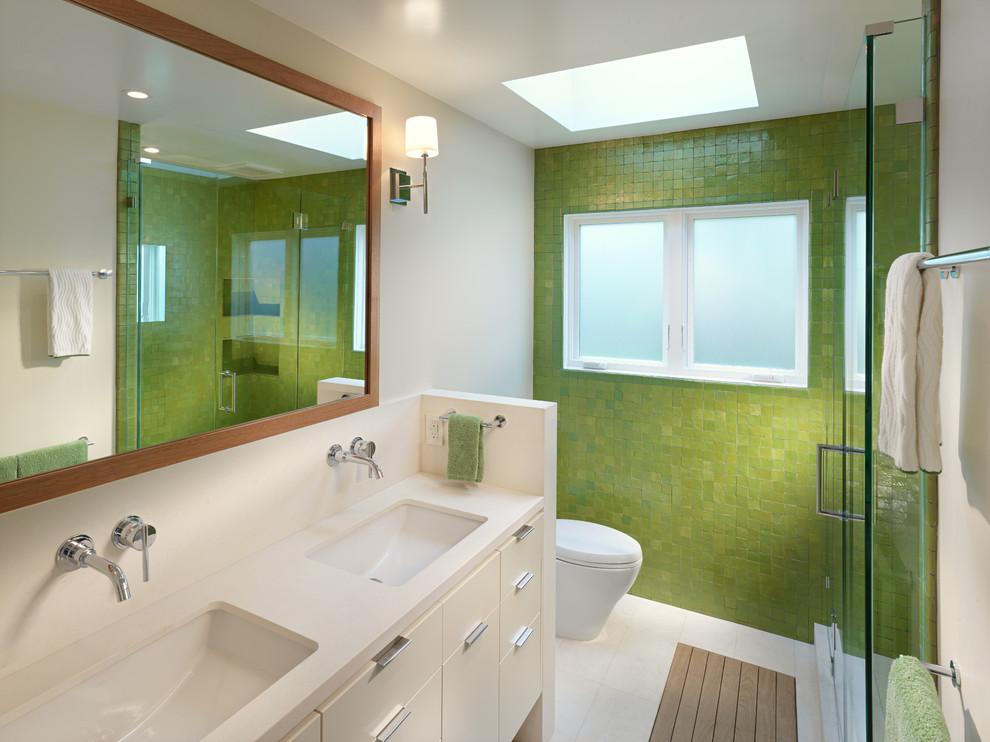 Яркий дизайн ванной: зелёная облицовочная плитка