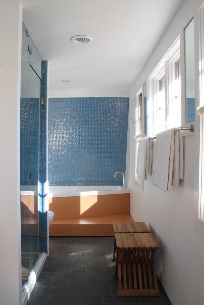 Яркий дизайн ванной: синяя мозаичная плитка