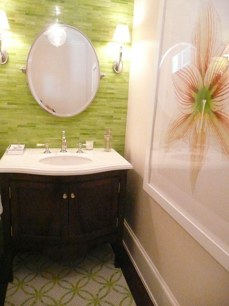 Яркий дизайн ванной: салатовая плитка на стене