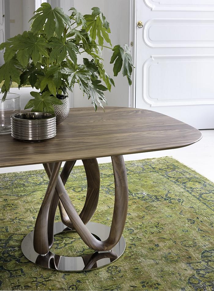 Длинный деревянный обеденный стол с закруглёнными краями