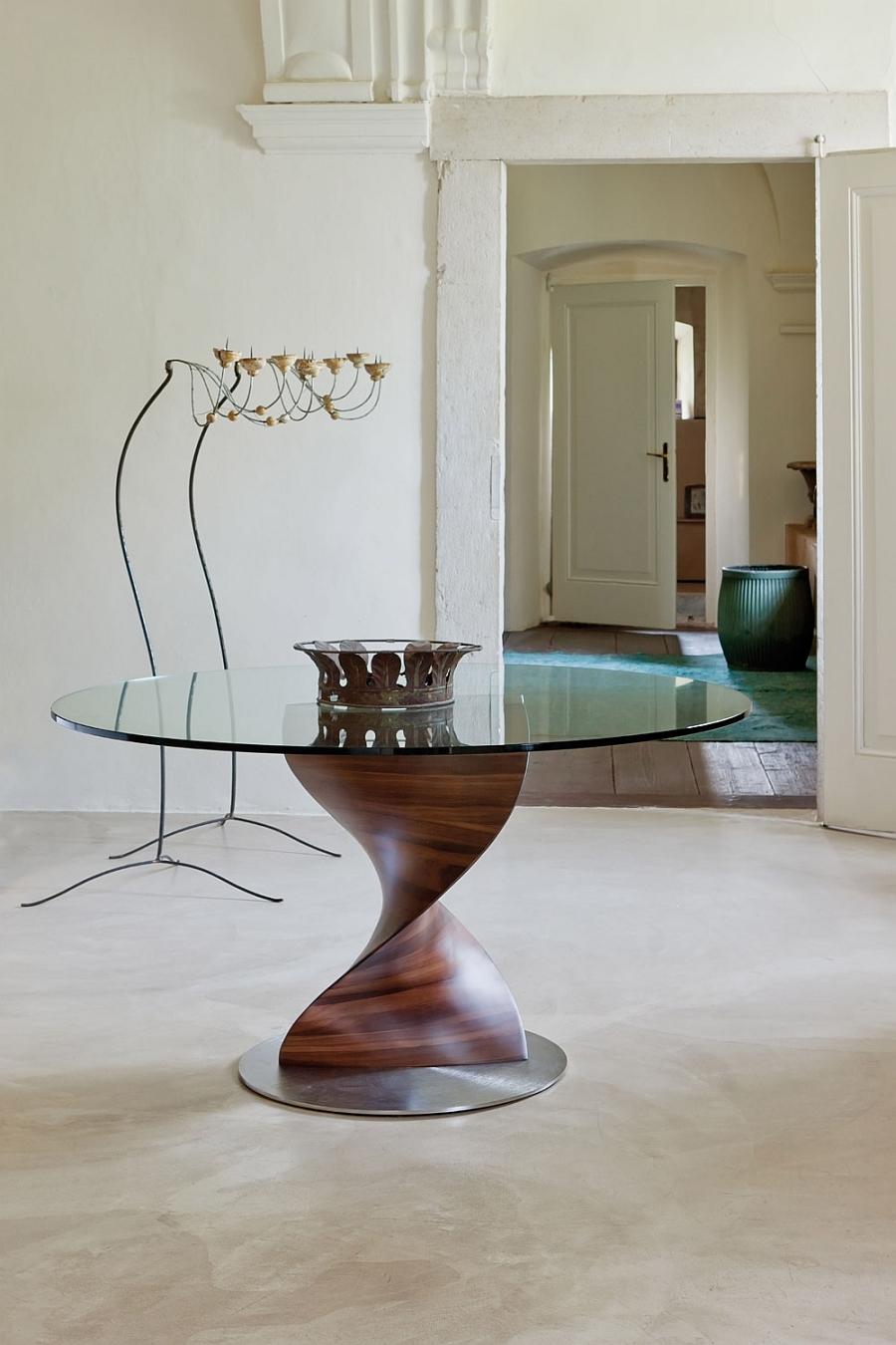 Круглый обеденный стол на деревянной основе со стеклянной столешницей