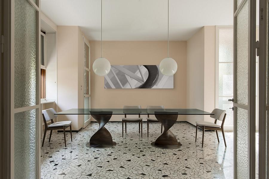 Длинный беденный стол на деревянной основе со стеклянной столешницей