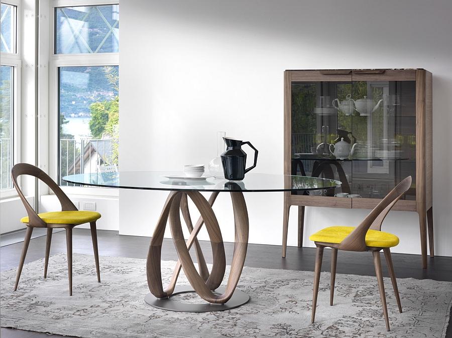 Длинный обеденный стол на деревянной основе со стеклянной столешницей