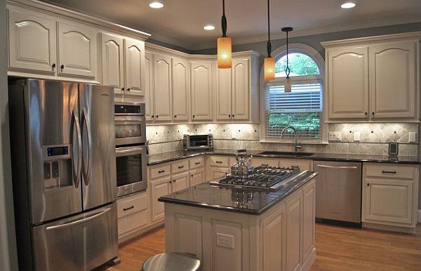 Столешница из нержавеющей стали  в интерьере белой кухни