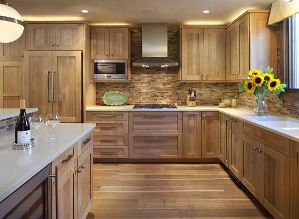 Оригинальный дизайн кухонного гарнитура из натурального дерева