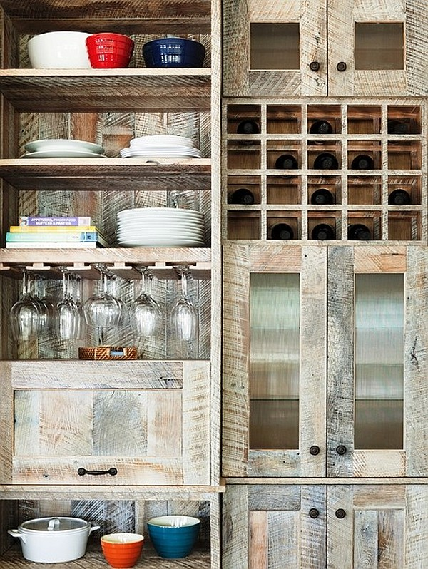 Открытые полки кухонного гарнитура в стиле шебби