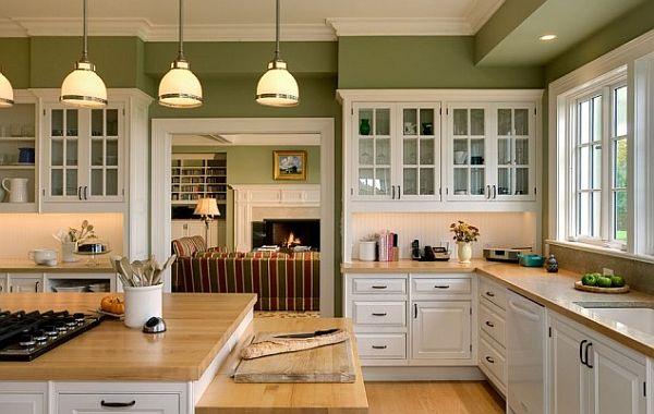 Деревянные столешницы в стильном интерьере белой кухни