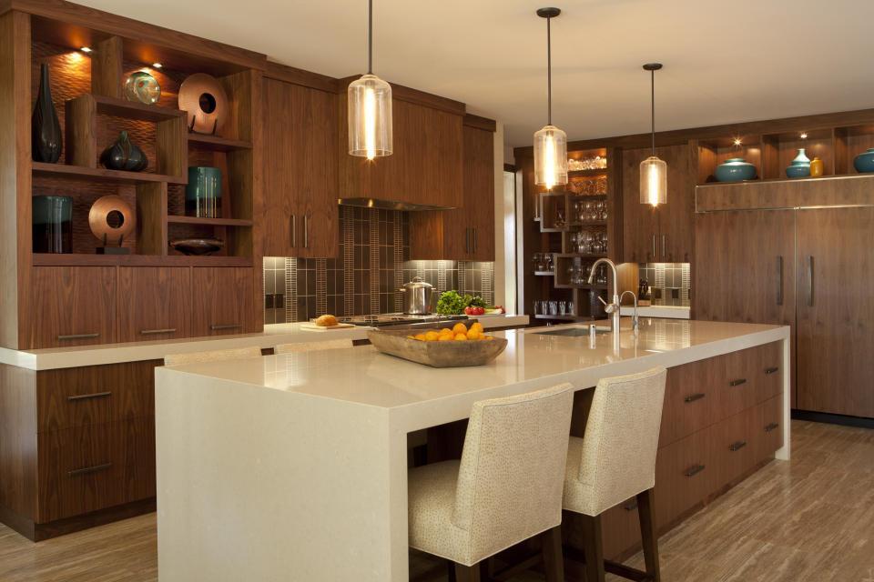 Оригинальные подвесные светильники над кухонным островов роскошной кухни