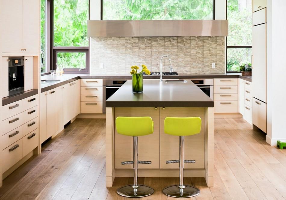 Стильные барные стулья яркого салатового цвета в интерьере просторной кухни