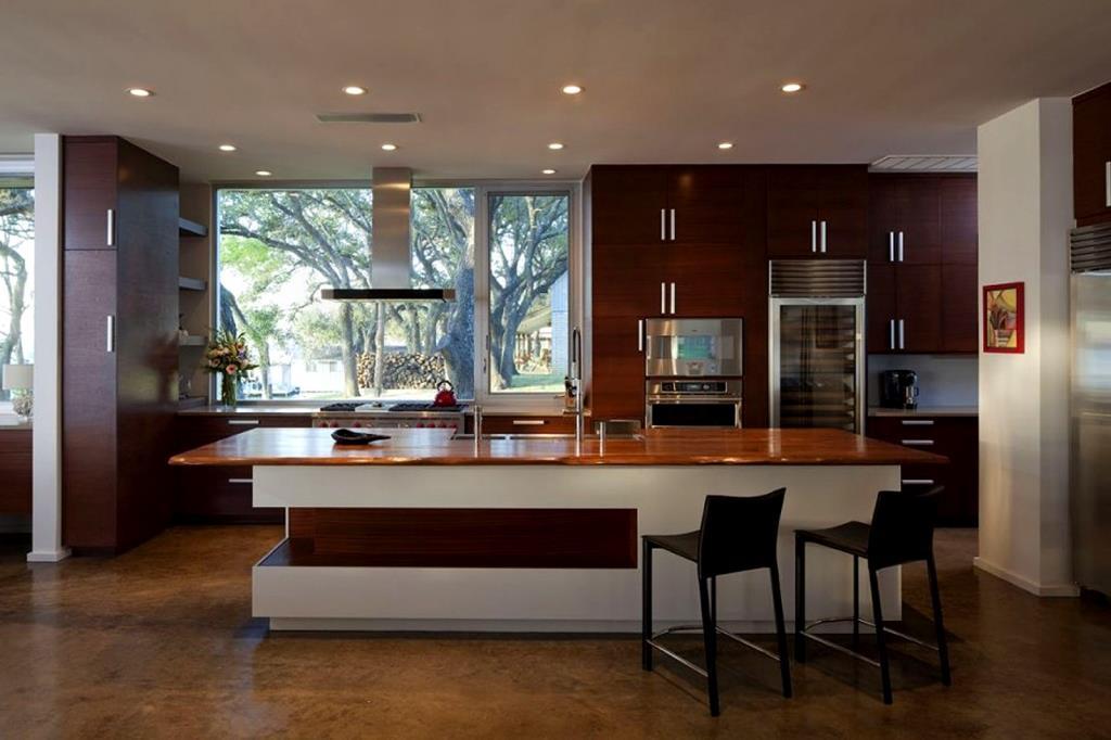Кухонный остров с деревянной полированной столешницей
