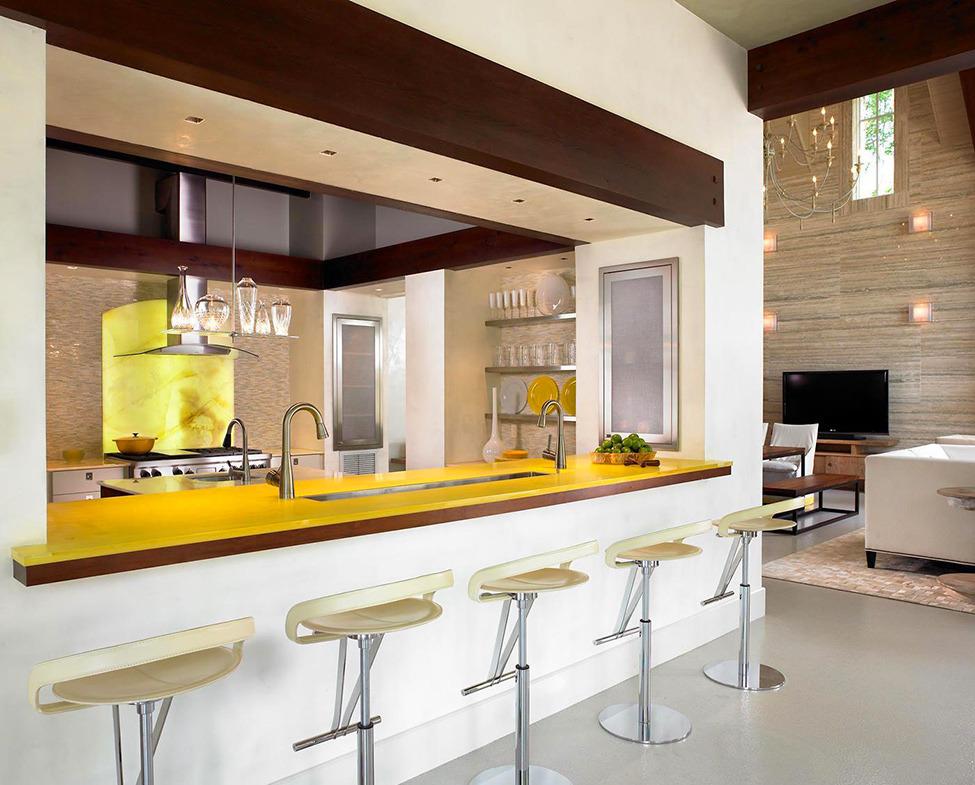 Столешница барной стойки яркого жёлтого цвета в стильном интерьере кухни