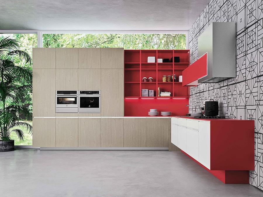 Красные акценты в оформлении светлой кухни Snaidero