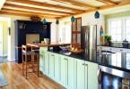 Оригинальный дизайн интерьера кухни, переоборудовнной из старого гаража