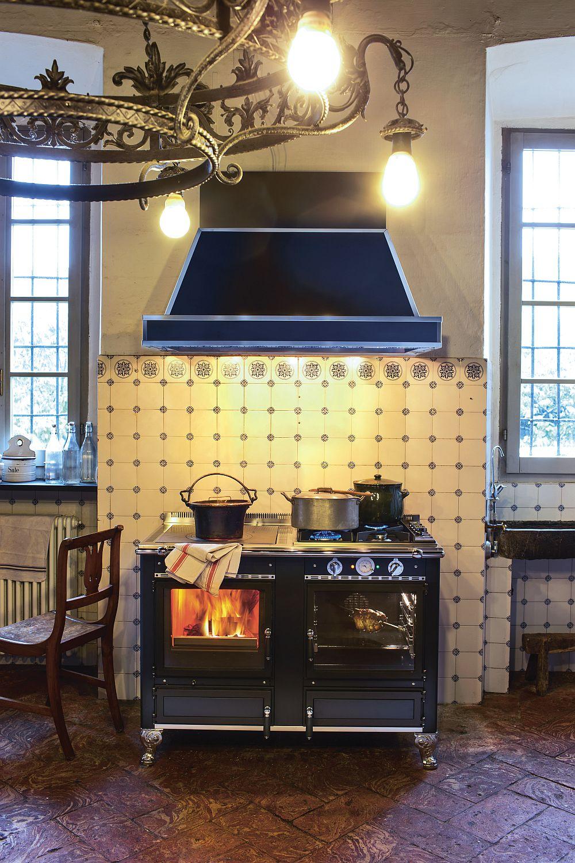 Элегантный дизайн дровяной печи на фоне винтажного кухонного фартука