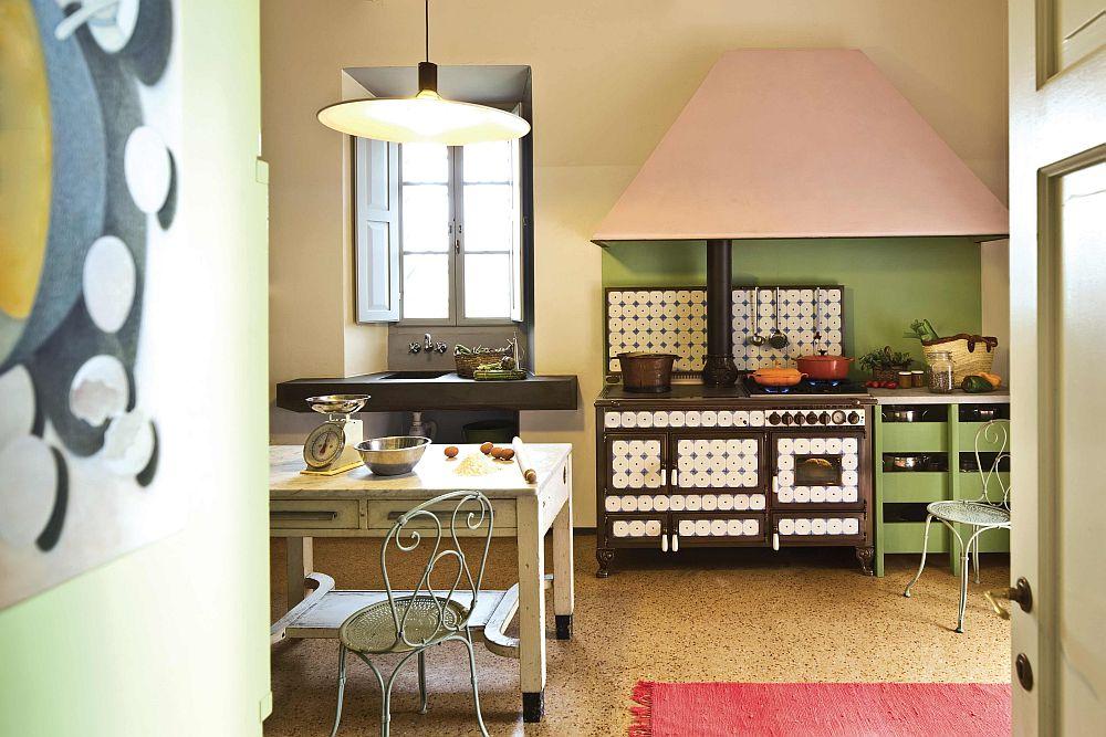 Традиционная дровяная печь Borgo Antico Collection в интерьере ретро-кухни