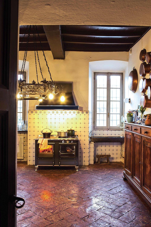 Вид на дровяную печь с вытяжкой