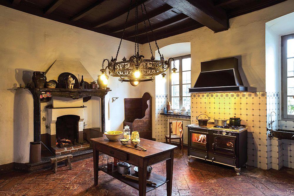 Дровяная печь в интерьере столовой с камином
