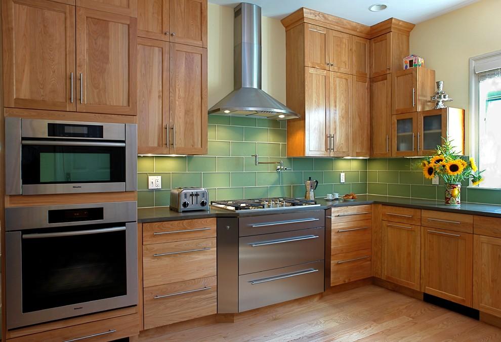 Великолепный фартук из плитки зелёного цвета в интерьере деревянной кухни