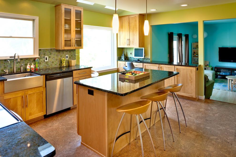 Зелёные стены в интерьере кухни из натурального дерева