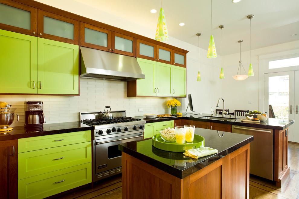 Интересный дизайн кухни в сочной салатовой гамме