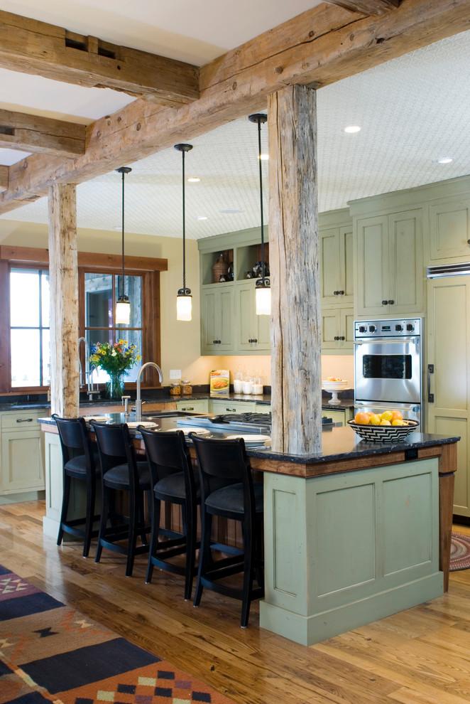 Прекрасный дизайн кухни с великолепным зелёным гарнитуром и деревянными балками