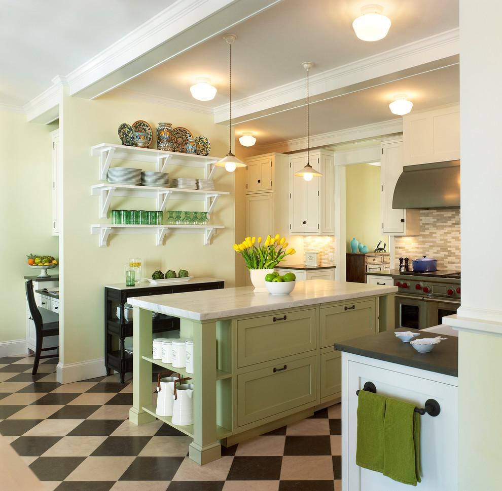 Интересный дизайн белой кухни с зелёным островом