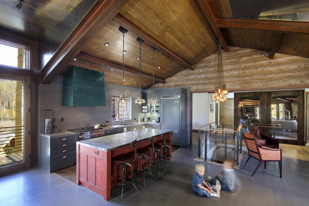 Стильный дизайн интерьера кухни в деревенском стиле с красными акцентами