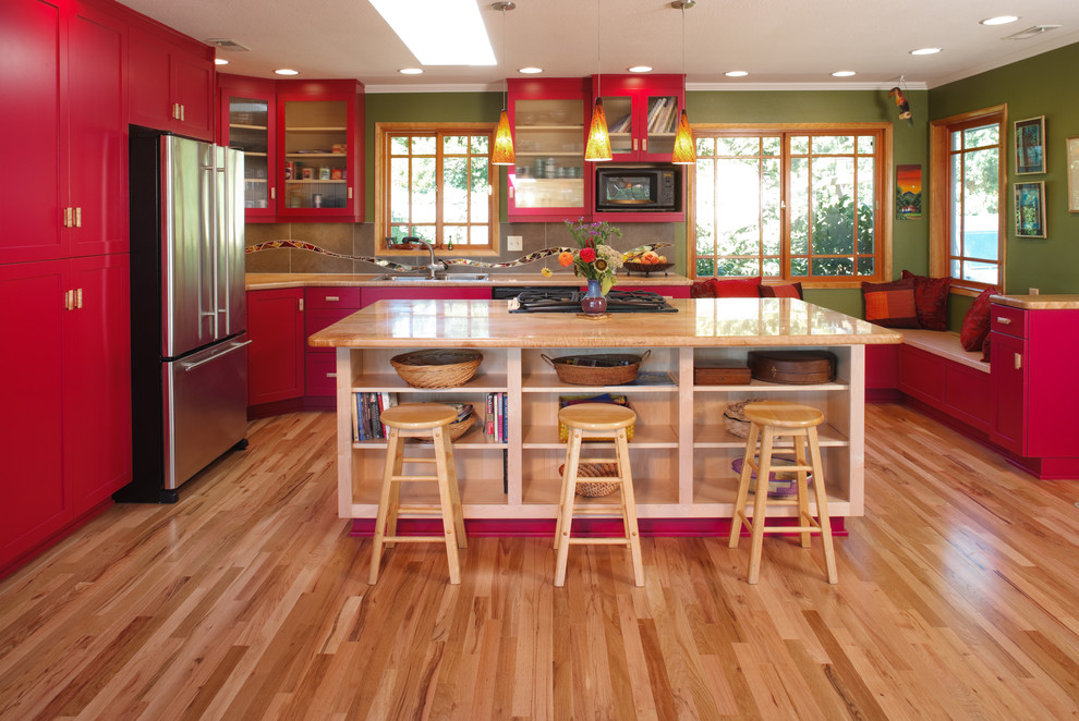 Стильный дизайн интерьера кухни в красной гамме