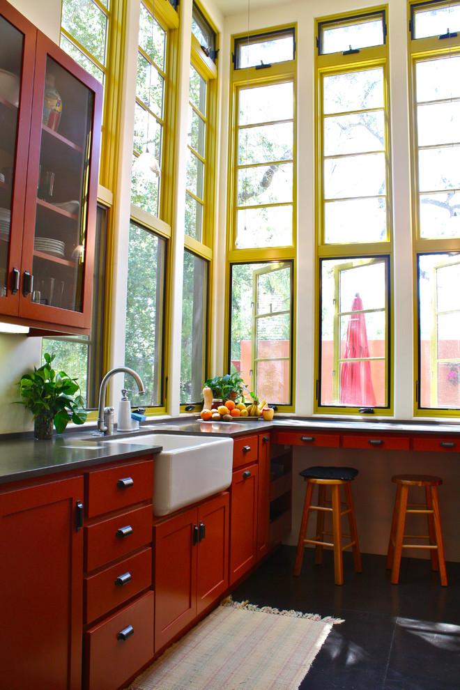 Стильный дизайн интерьера кухни в красной гамме в гармонии с жёлтыми оконными рамами