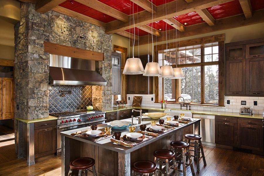 Красный плиточный потолок кухни в деревенском стиле