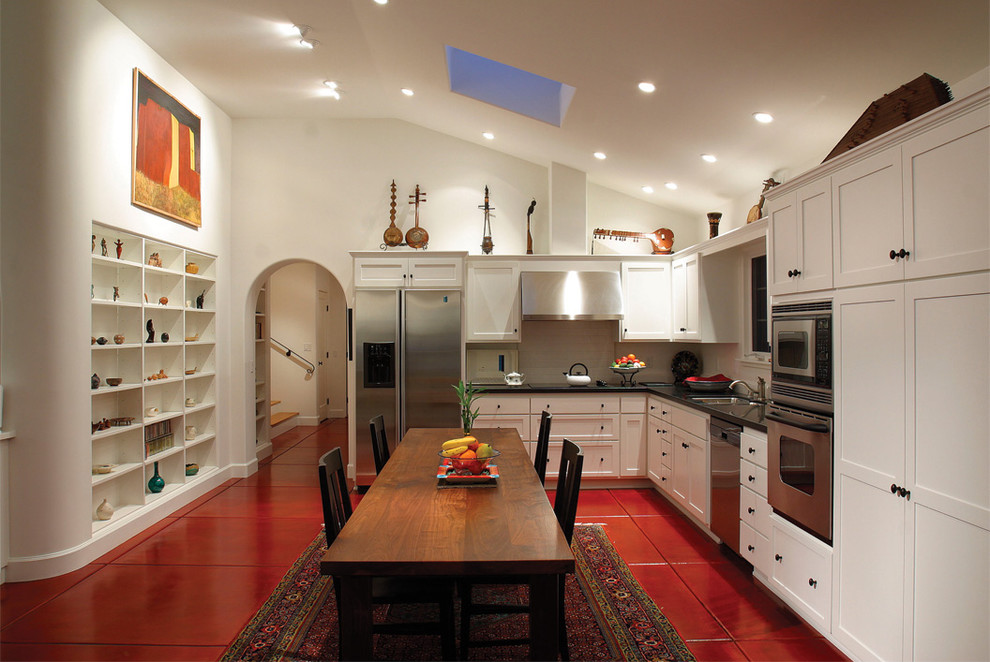 Красные плиточные полы в стильном интерьере белой кухни