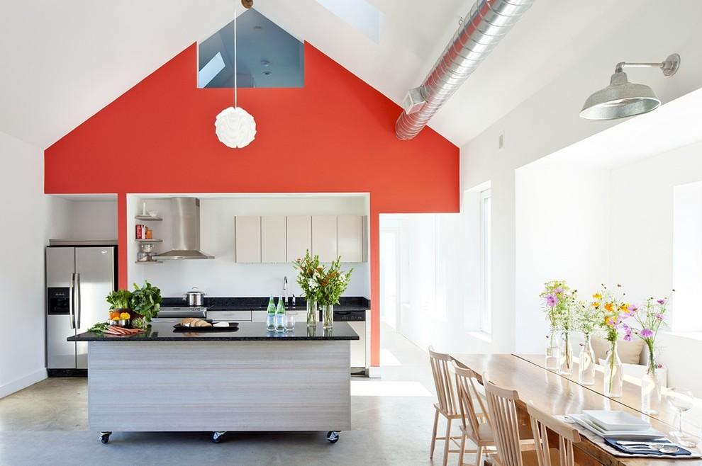 Яркая оранжево-красная стена в интерьере современной кухни