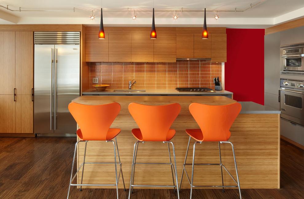 Красная стена в стильном интерьере кухни из натурального дерева