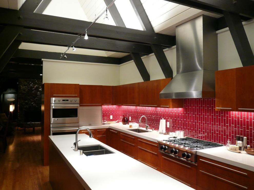 Стильный дизайн кухонного фартука, оформленный красной плиткой