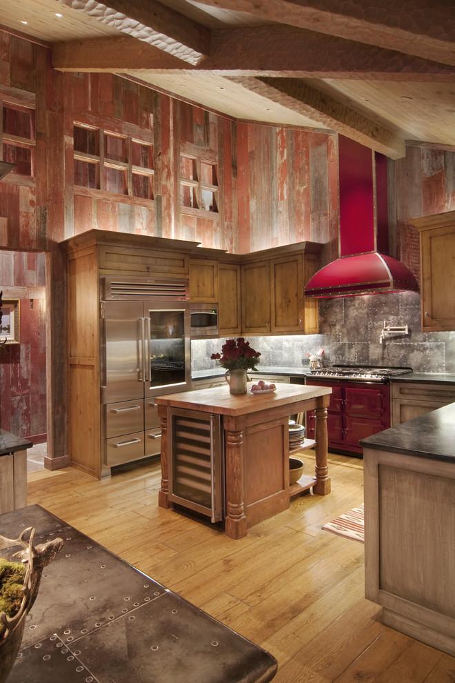Стильный дизайн интерьера кухни с красной вытяжкой и плитой