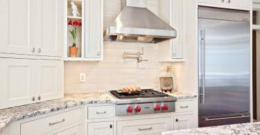 Котёл-наполнитель над варочной панелью в интерьере кухни от Turan Designs, Inc.