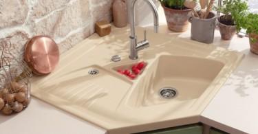 Стильный дизайн угловой раковины в интерьере кухни