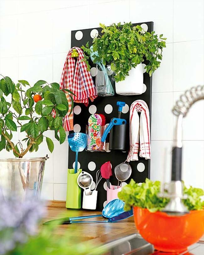 Черная стеновая панель для хранения кухонных принадлежностей