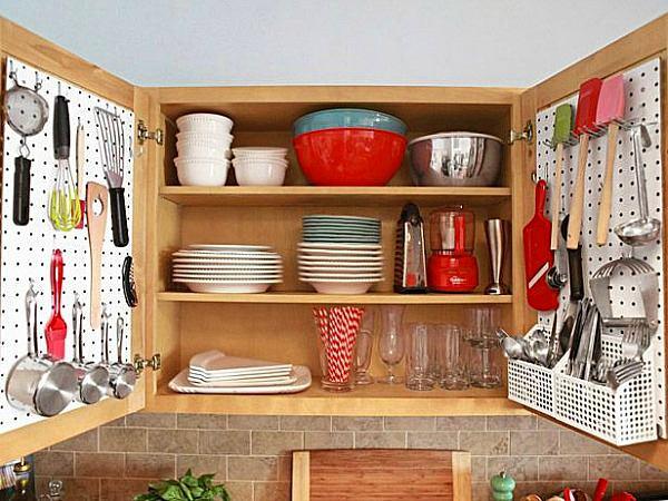 Органайзер для хранения кухонных принадлежностей на дверях ящика