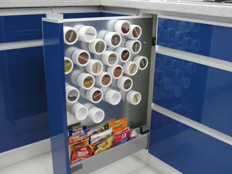 Вертикальный выдвижной ящик с магнитной доской на кухне