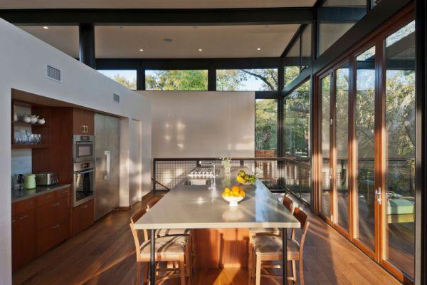 Кухня в стиле минимализм с мягкими стульями