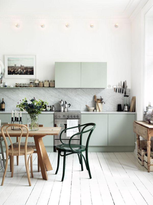 Кухня в стиле минимализм с разноцветными стульями