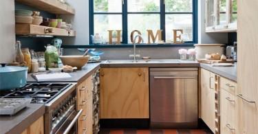 Элементы декора: слово «HOME» из печатных букв на подоконнике кухни