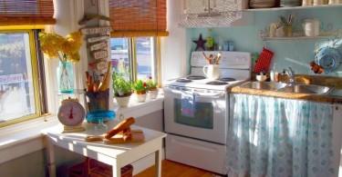 Красочный дизайн интерьера кухни в эклектик-стиле