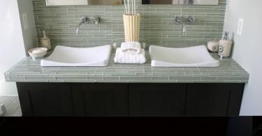 Оформление раковины стеклянной плиткой светло-зелёного цвета от Busybee Design