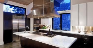 Великолепный дизайн интерьера лофт-кухни с деревянным потолком