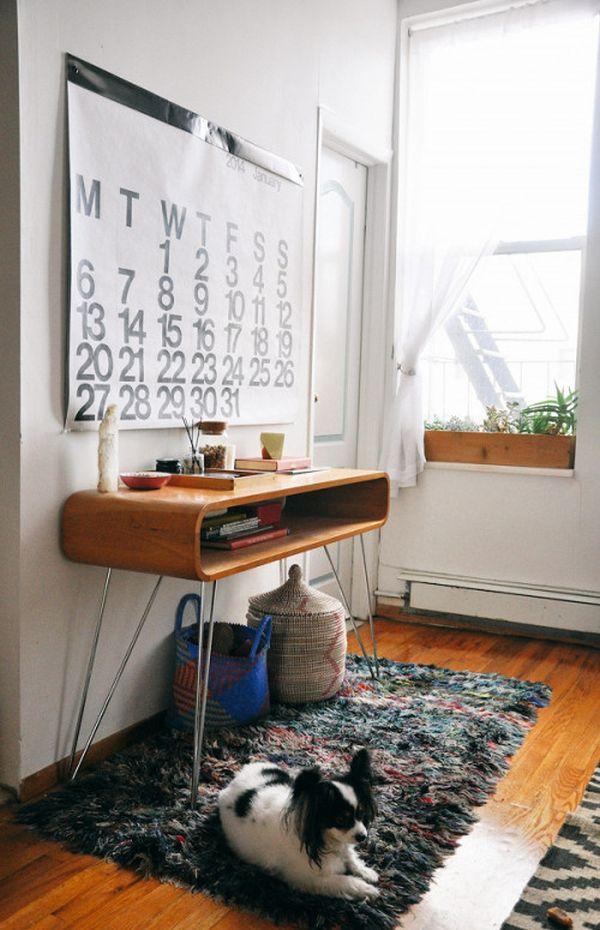 Деревянный столик на металлических ножках с открытой нишей для мелких предметов
