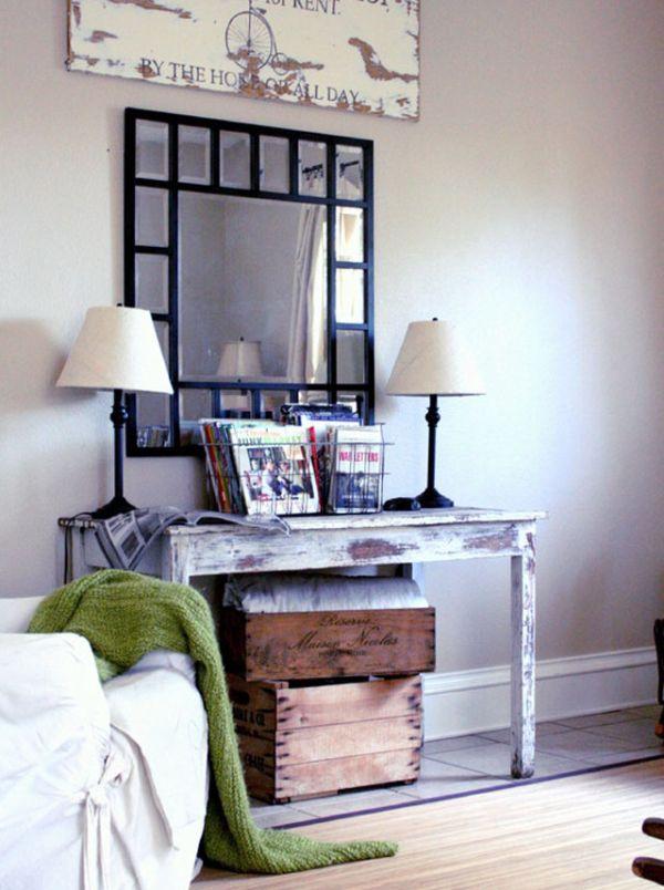 Деревянный столик, стилизованный «под старину»
